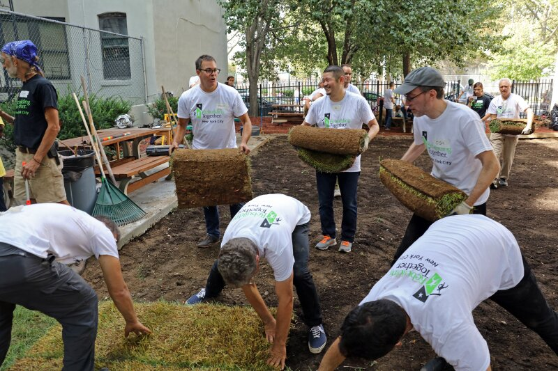 All hands on deck for the sod installation ©John Chu for KPF